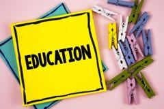 Textzeichen, das Bildung zeigt Begriffsfoto Unterricht von Studenten durch die Durchführung der spätesten Technologie geschrieben lizenzfreie stockbilder
