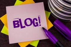 Textzeichen, das Blog Motivanruf zeigt Begriffsfoto Preperation des attraktiven Inhalts für die blogging Website geschrieben auf  Stockfoto