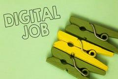 Textzeichen, das Digital-Job zeigt Begriffsfoto werden die Aufgabe bezahlt, die durch Internet und grünes gelbes vinta Personal-C lizenzfreie stockfotografie
