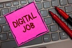 Textzeichen, das Digital-Job zeigt Begriffsfoto werden die Aufgabe bezahlt, die durch Internet und rosa Papiertastatur Personal-C lizenzfreies stockfoto