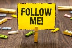 Textzeichen, das Follow-me zeigt Begriffsfoto, das eine Person oder eine Gruppe einlädt, Ihre bevorzugte Führung Wäscheklammer zu lizenzfreie stockbilder