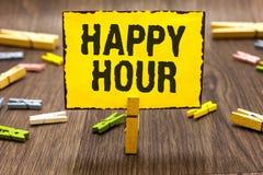 Textzeichen, das glückliche Stunde zeigt Begriffsfoto, das Zeit für Tätigkeiten verbringt, die Sie die Wäscheklammer für eine Wei stockbild