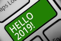 Textzeichen, das hallo 2019 zeigt Begriffsfotoausdruck oder Geste des Grußes die Telefon Tastaturgrün-Schlüssel Absicht beantwort stock abbildung
