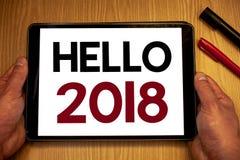 Textzeichen, das hallo 2018 zeigt Die Begriffsfotos, die eine Motivmitteilung 2017 des neuen Jahres beginnen, ist über dem nowMan Lizenzfreie Stockfotografie