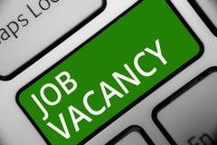 Textzeichen, das Job Vacancy zeigt Leerer oder verfügbarer zahlender Platz des Begriffsfotos in kleiner oder großer Firmatastatur stockfotos