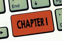 Textzeichen, das Kapitel 1 zeigt Neue Inspiration Gelegenheit des Begriffsfoto Anfangsod-Buchprojektgeschichtenerzählens stockfotografie