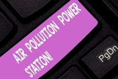 Textzeichen, das Luftverschmutzungs-Kraftwerk zeigt Smog-Umweltrisiko-Taste Gefahr des Begriffsfotos industrielle lizenzfreies stockbild