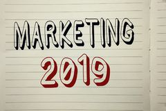 Textzeichen, das Marketing 2019 zeigt Begriffsfoto neues Jahr-Markt-Strategie-Neustart-Werbe-Ideen geschrieben auf Notizbuch BO Lizenzfreie Stockfotografie