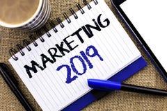 Textzeichen, das Marketing 2019 zeigt Begriffsfoto neues Jahr-Markt-Strategie-Neustart-Werbe-Ideen geschrieben auf Notizbuch BO Stockfoto