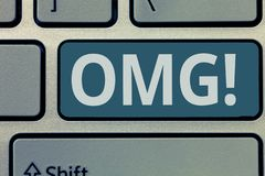 Textzeichen, das Omg zeigt Das Begriffsfoto, das benutzt wurde, um Schock Aufregungs-Ungläubigkeit SMS auszudrücken, kürzte Ausdr lizenzfreie stockbilder