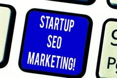 Textzeichen, das Start-Seo Marketing zeigt Begriffsfoto Attract qualifizierte Führungen während Ihre Arbeit, die Taste verbessert lizenzfreies stockfoto