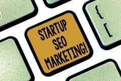 Textzeichen, das Start-Seo Marketing zeigt Begriffsfoto Attract qualifizierte Führungen während Ihre Arbeit, die Taste verbessert lizenzfreies stockbild