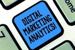 Textzeichen, das vermarktenden Analytics Digital zeigt Begriffsfotomaßnahme Geschäftsmetrik wie Verkehr und Führungen Tastatur stockfotos