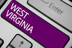 Textzeichen, das West Virginia zeigt Begriffsstaats-Reise-Tourismus-Reise-historische Tastatur purpurrotes KE der foto Vereinigte Stockfoto
