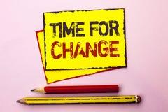 Textzeichen, das Zeit für Änderung zeigt Begriffsfoto riskieren ändernde Moment-Entwicklungs-neue Anfänge zu Grow geschrieben auf lizenzfreies stockbild