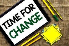 Textzeichen, das Zeit für Änderung zeigt Begriffsfoto riskieren ändernde Moment-Entwicklungs-neue Anfänge zu Grow geschrieben auf stockfotos