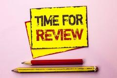 Textzeichen, das Zeit für Bericht zeigt Begriffsfoto Bewertungs-Feedback-Moment-Leistung Rate Assess geschrieben auf gelbes klebr stockfotografie