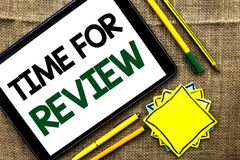 Textzeichen, das Zeit für Bericht zeigt Begriffsfoto Bewertungs-Feedback-Moment-Leistung Rate Assess geschrieben auf Tablet auf d lizenzfreies stockbild
