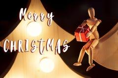 Textzeichen der frohen Weihnachten auf eco hölzernem Spielzeug, das Präsentkarton s gibt Stockbild