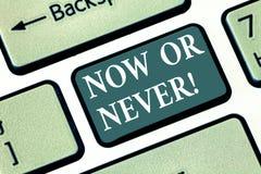 Textzeichen jetzt oder, das nie darstellt Begriffsfoto tun es in diesem genauen Moment oder vergessen über es Motivations-Taste lizenzfreies stockfoto