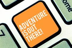 Textzeichen-Vertretung Abenteuer ist dort draussen Begriffsfoto Explore Reise entdecken, neue interessante Sachen Tastatur zu ken stockbild
