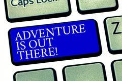 Textzeichen-Vertretung Abenteuer ist dort draussen Begriffsfoto Explore Reise entdecken, neue interessante Sachen Tastatur zu ken lizenzfreie stockfotos