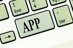 Textzeichen-Vertretung App Begriffsfoto Computerprogramm Download-Software durch einen Benutzer zu einem tragbaren Gerät stockbilder
