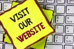 Textzeichen-Vertretung Besuch unsere Website Begriffsfoto Einladungs-Uhrwebseite Link zum homepage-Blog-Internet geschrieben auf  Stockfoto
