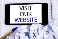 Textzeichen-Vertretung Besuch unsere Website Begriffsfoto Einladungs-Uhrwebseite Link zum homepage-Blog-Internet geschrieben auf  Stockfotografie