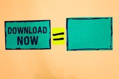 Textzeichen-Vertretung Download jetzt Begriffsfoto, zum von Programmen oder von Informationen in eine anderen Gerät Türkis-Papier lizenzfreies stockbild