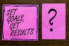 Textzeichen-Vertretung gesetzte Ziele, erhalten Ergebnisse Begriffsfoto stellen Ziele arbeiten für vollenden sie das violette gez stockfotos