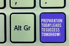 Textzeichen-Vertretung Vorbereitung führt heute zu Erfolg morgen Begriffsfoto bereiten sich jetzt für zukünftige Tastatur vor lizenzfreie stockfotos