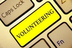 Textzeichen, welches das Freiwillig erbieten zeigt Begriffs- Foto erbringen Dienstleistungen für keinen finanziellen Gewinn verpf stockbild