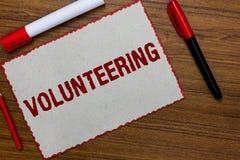 Textzeichen, welches das Freiwillig erbieten zeigt Begriffsfoto erbringen Dienstleistungen für keinen finanziellen Gewinn verpfli stockbilder