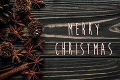 Textzeichengruß der frohen Weihnachten auf hölzernem Hintergrund, stylis Lizenzfreies Stockfoto