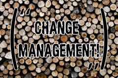 Textzeichenvertretung Änderungs-Management Begriffsfoto ersetzen Führungen oder hölzernen Hintergrund des Leute-verantwortlichen  lizenzfreie stockfotografie