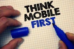 Textzeichenvertretung denken die Begriffsfoto-Handvermächtnisse des Mobiles zuerst, die Ziel Portabletelefone erstes Zeichenpapie stockbilder