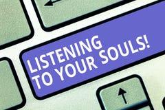 Textzeichenvertretung, die auf Ihre Seelen hört Begriffsfoto Meditation, die Ihrer Instinkte durchdachten Taste vertraut stockfotos
