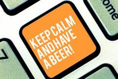 Textzeichenvertretung halten Ruhe und haben ein Bier Begriffsfoto Relax genießen ein kaltes Getränk mit Freunde Freizeit-Tastatur stockfotografie