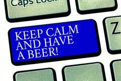 Textzeichenvertretung halten Ruhe und haben ein Bier Begriffsfoto Relax genießen ein kaltes Getränk mit Freunde Freizeit-Tastatur lizenzfreies stockbild