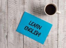 Textzeichenvertretung lernen Englisch Begriffsfotogewinn Wissen in der neuen Sprache durch Studie Pastell-Farbpapier erwerben stockfotos