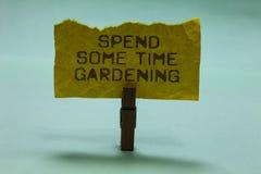 Textzeichenvertretung wenden etwas Zeit-Gartenarbeit auf Begriffsfoto Relax Blumenfruchtgemüse den natürlichen Papierklammergriff stockfotografie