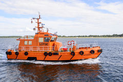TFull sikt av det pilot- fartyget Travemunde i Lubeck Royaltyfria Bilder