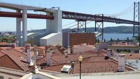 25thмоста в апреле над Рекой Tagus в Лиссабоне сток-видео
