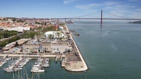 25thvon April Bridge in Lissabon, Portugal stock video