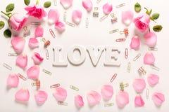 Thème d'amour avec des pétales de rose Image libre de droits