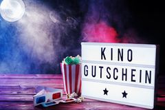Thème de cinéma avec le gutschein de kino sur le conseil de mot Photo stock