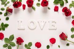 Thème de jour de valentines avec des roses et des lettres d'amour Photo libre de droits