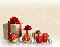 Thème de Noël avec les boules en verre et les boîte-cadeau et espace libre pour le texte Photographie stock