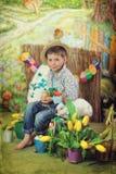 Un garçon et un lapin avec des poulets Photo libre de droits